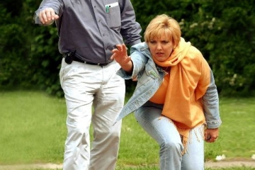Mit Claudia Roth Boule spielend 2002